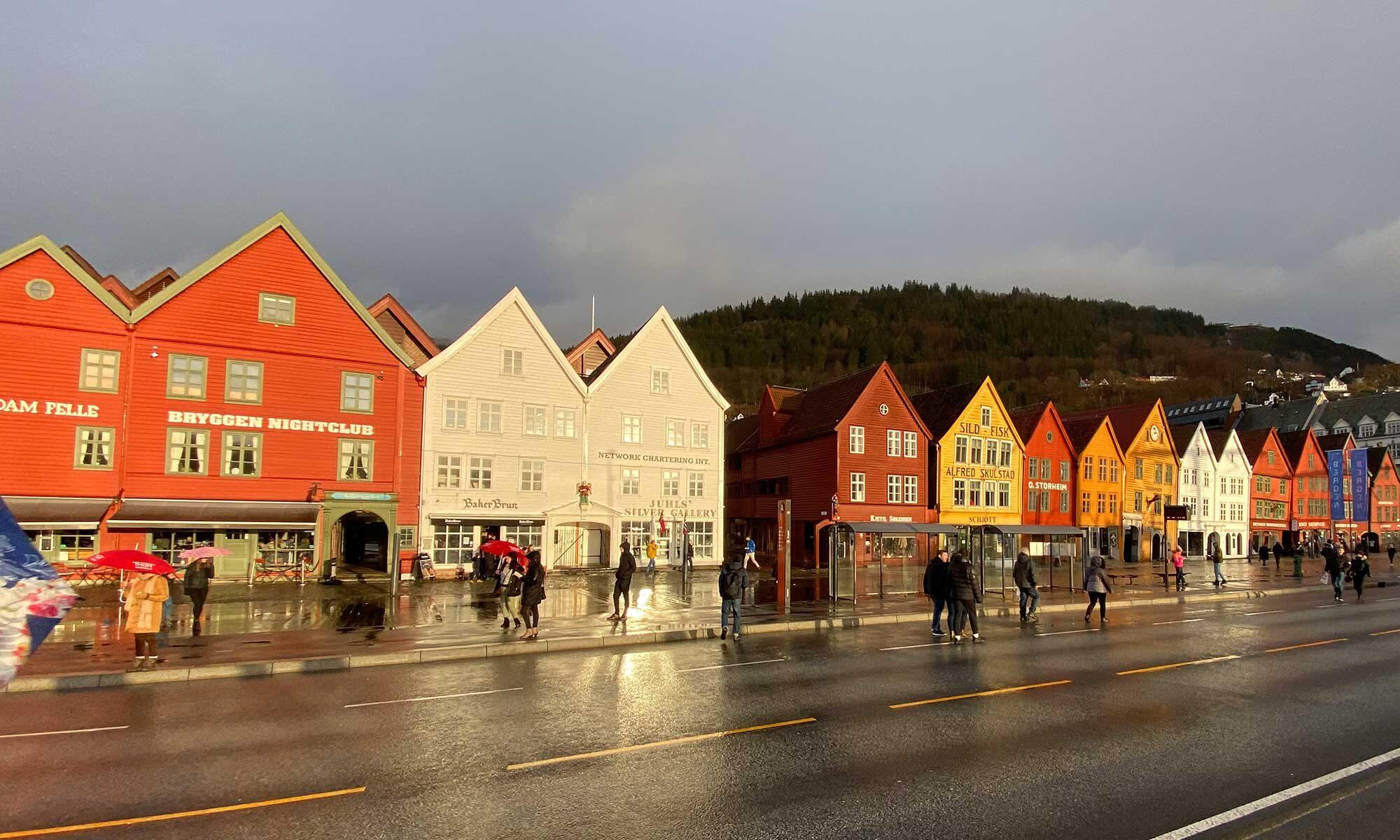Das Bild zeigt die Häuserzeile Bryggen in Bergen