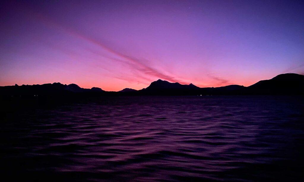 Das Bild zeigt einen Sonnenaufgang im Polarmeer