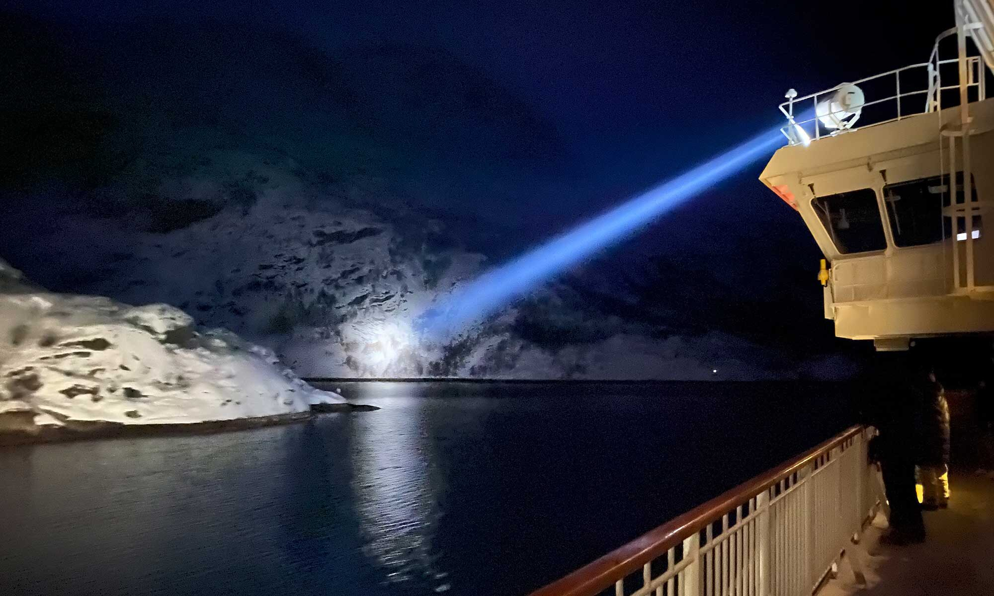Das Bild zeigt ein Scheinwerferlicht auf den Eingang zum Trollfjord