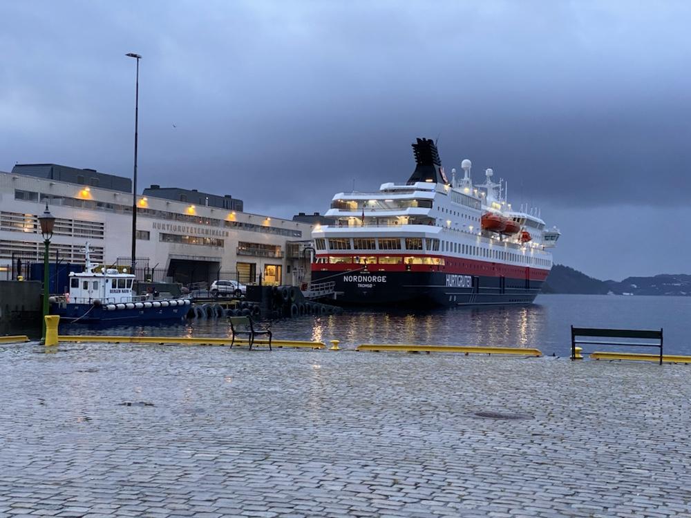 Hurtigruten, MS Nordnorge am Hafen in Bergen Winterreise Hurtigruten