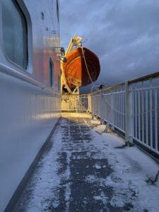 Deck 5 der MS Nordnorge mit Schneee und Eis