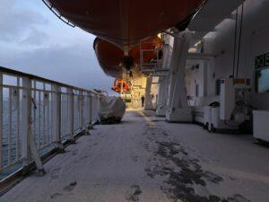 Deck 5 der Hurtigruten MS Nordnorge mit Schneee und Eis