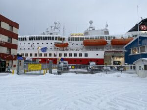 Das Bild zeigt die MS Nordnorge am Hafen von Hammerfest