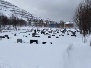 Das Bild zeigt einen Friedhof in Hammerfest
