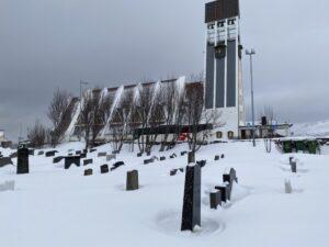 Das Bild zeigt eine Kirche und den Friedhof in Hammerfest