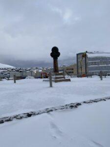 Das Bild zeigt die Meridiansäule in Hammerfest