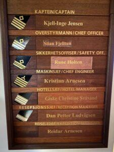 Tafel mit den Offiziersrängen auf der MS Nordnorge Schiffsoffiziere